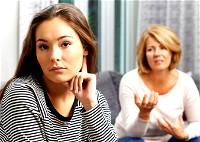 شابة: أمي قاسية عليّ ولا تفهمني