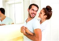 تصرفات تدل على زوجك يعشقك!