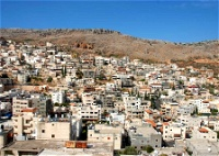 الأرضُ لها حكاياتُها:جَمالِيّاتُ دَيْرِ الأسدِ الجَلِيلِيَّة-ميسون أسدي