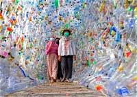 متحف إندونيسي مصنوع من البلاستي;