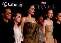 أنجلينا جولي وأبناؤها الخمسة في العرض الأول لفيلمها